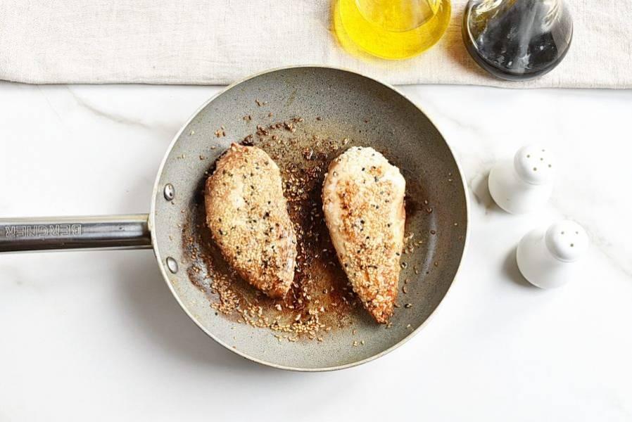 Обжарьте на горячей сковороде в оставшейся ложке масла до готовности, аккуратно перевернув в середине приготовления. Готовое филе остудите до теплого состояния.