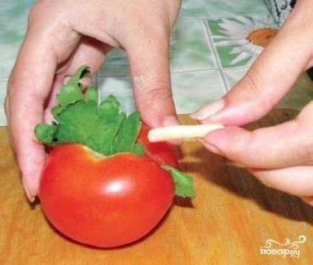 В каждый помидор вложить листики сельдерея, кусочек перца и чеснок.