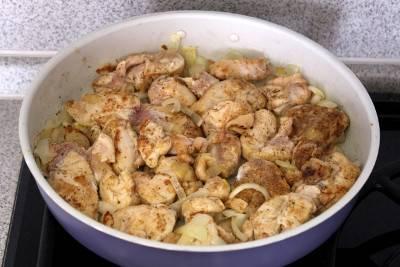 4. Когда лук будет готов, отправляем его к курице, перемешиваем и параллельно готовим соус.