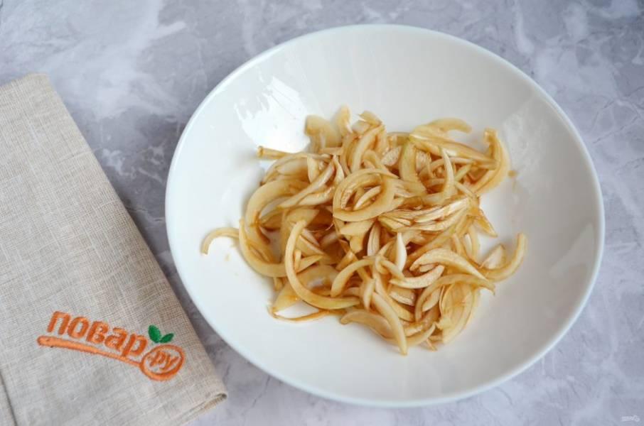 4. Луковицу очистите, порежьте тонко полукольцами и замаринуйте в бальзамическом уксусе.