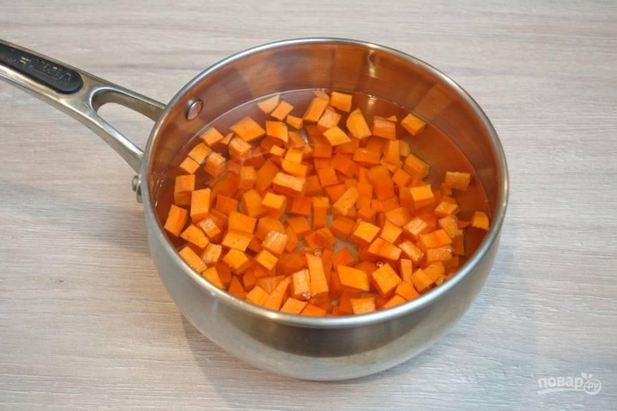 Морковь поместите в кастрюлю и залейте водой. Поставьте на огонь и доведите до кипения. Варите 5 минут в подсоленной воде.