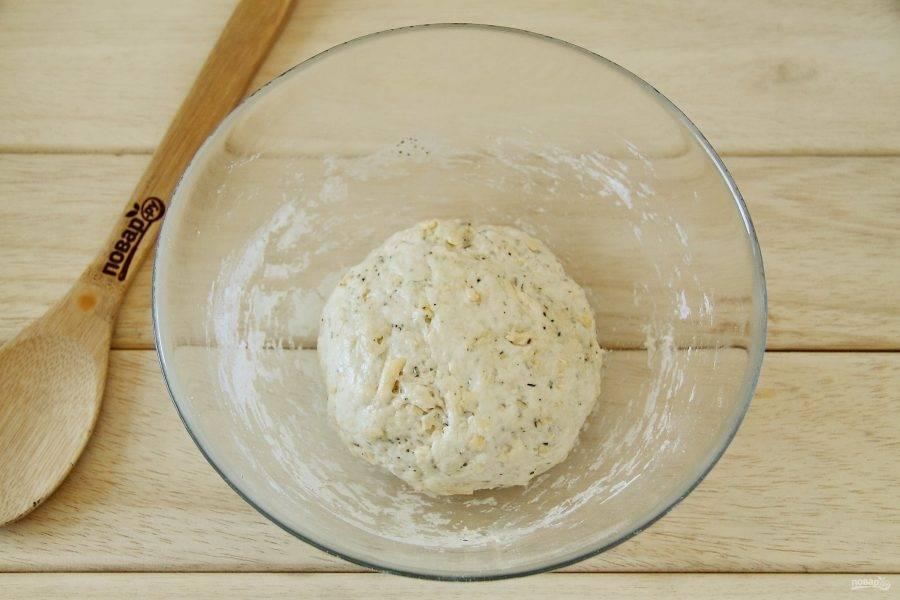 Перемешайте все еще раз и добавляя частями оставшуюся муку замесите достаточно плотное тесто. Соберите его в шар, смажьте со всех сторон маслом, накройте пленкой и уберите в холодильник на ночь.