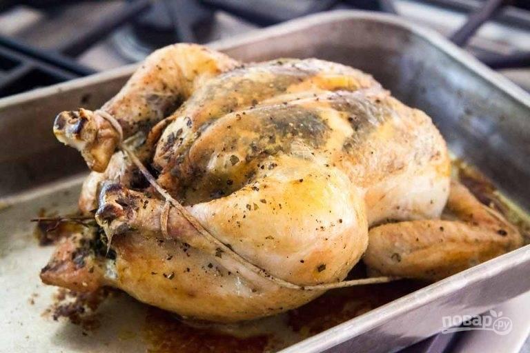 4.Запекайте курицу в разогретом до 200 градусов духовом шкафу 5 минут, затем переверните на другую сторону. Запекайте курицу так, чтобы она лежала на грудке около 45-60 минут.