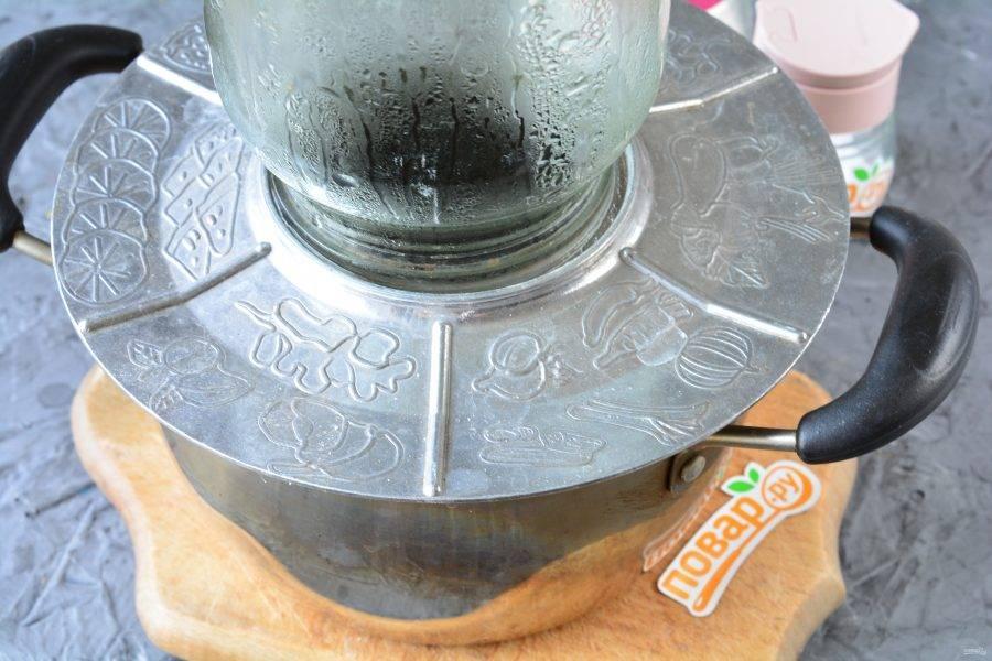 Литровые банки промойте с содой, сполосните, затем простерилизуйте над паром 5 минут. Железные крышки прокипятите в воде 1 минуту.