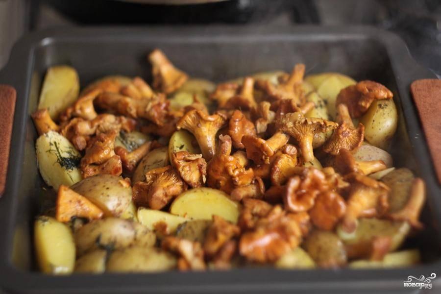 Готовую картошку достать из духовки. Сверху на картофель выложить готовые лесички и отправить в духовку на 5-10 минут.