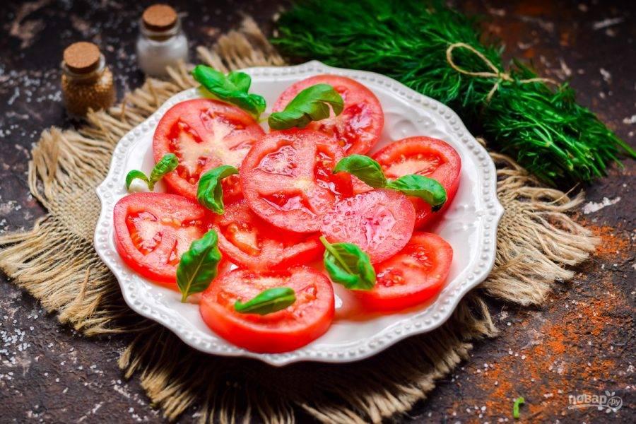 Украсьте томаты свежим базиликом и подавайте к столу.