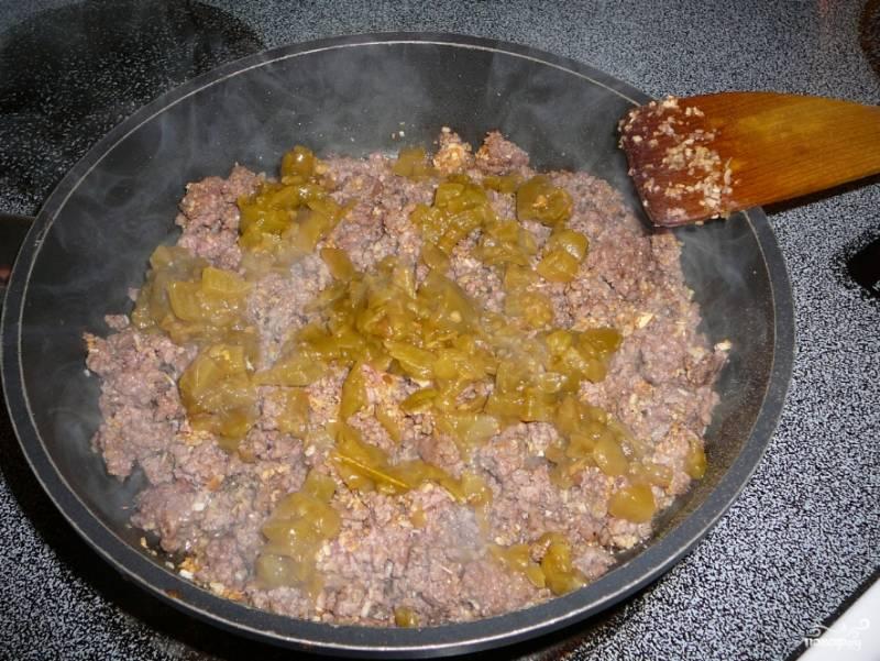 Теперь начинка: фарш обжарьте на сковороде, пока он не подрумянится и пока не испарится лишняя влага. Обжаривайте с измельченным чесноком, луком, посолите и поперчите, добавьте зеленый перец чили измельченный.