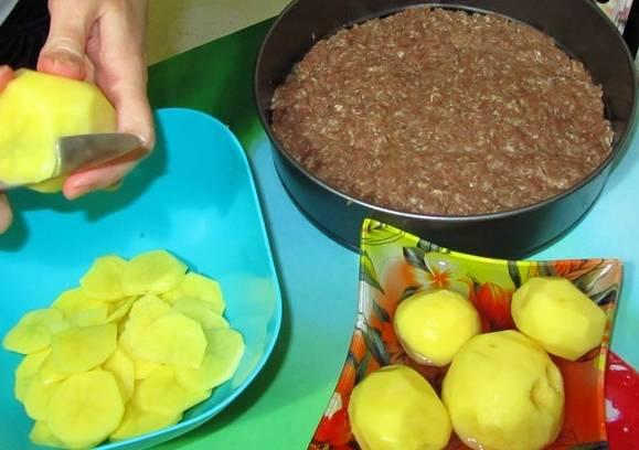 Картофель очищаем и нарезаем тонкими ломтиками.