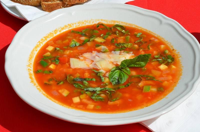 Снимаем суп с огня и разливаем его по тарелкам. Подаем минестроне, украсив его пармезаном и базиликом. Приятного всем аппетита!