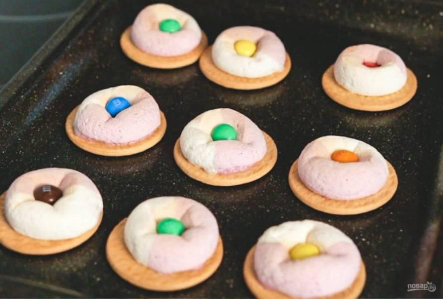 4. Можете отправить печенье на несколько минут в духовку, чтобы конфеты прикрепились к маршмеллоу. Дайте печенью остыть. Приятного аппетита!
