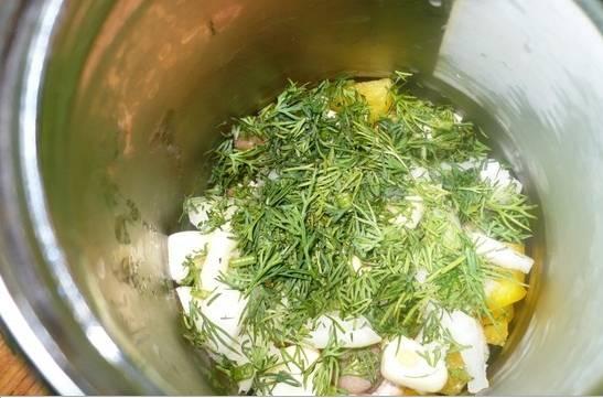 2. В банку выкладываем грибы, перец кубиком, лук и чеснок. сверху - укроп. Таким образом чередуем ингредиенты, чтоб получилось слоями.