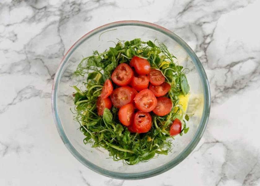 Микрозелень порвите руками, помидоры черри нарежьте кружочками. Заправьте салат оливковым маслом, посолите по вкусу и перемешайте.