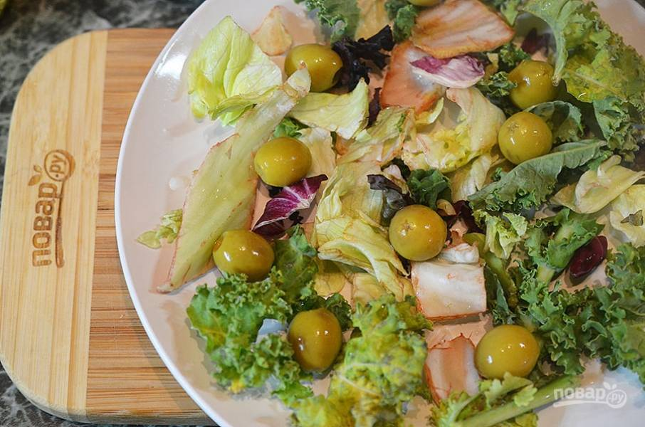 2. Разложите оливки.