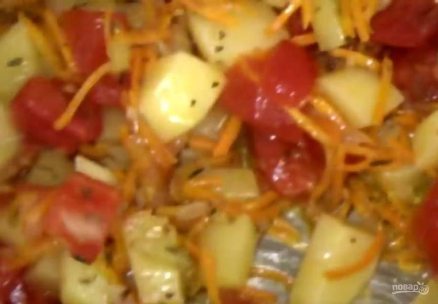 2.  Добавьте натертую на крупной терке морковь и тушите 2 минуты, после чего добавьте тимьян и базилик. Добавьте нарезанный небольшими кубиками картофель.