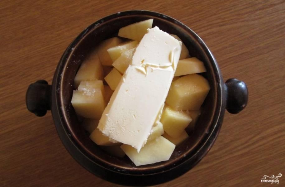 Затем выкладываем картофель и масло. Заливаем бульоном и отправляем в духовку на 30-40 минут при 200 С.  Приятного аппетита)