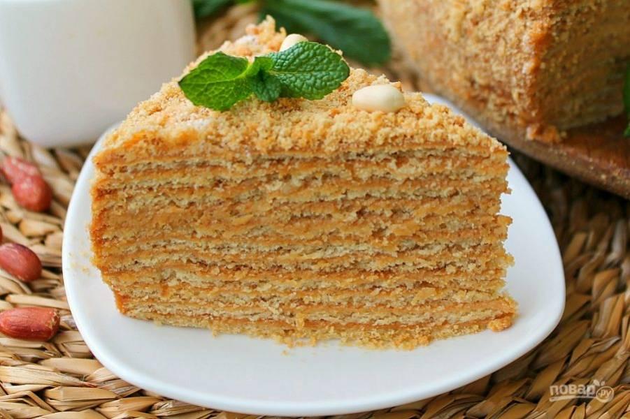 Перед подачей торт можно украсить по своему вкусу. Орехи, листочки мяты или ягоды, к примеру.  Торт готов, наслаждайтесь вкусом.