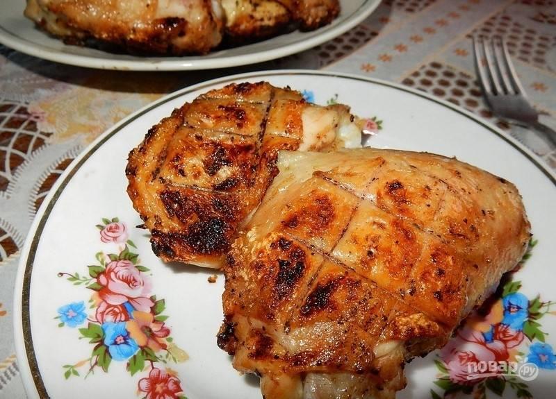 Готовьте мясо птицы с двух сторон до золотистого цвета, переворачивая решётку. Приятного аппетита!