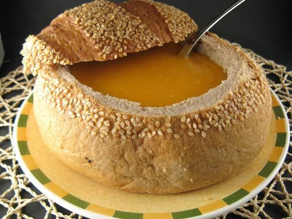 5. Из хлеба вырезаем тарелочки, в духовке их 10-15 минут запекаем. Разливаем суп по тарелочкам и подаем!