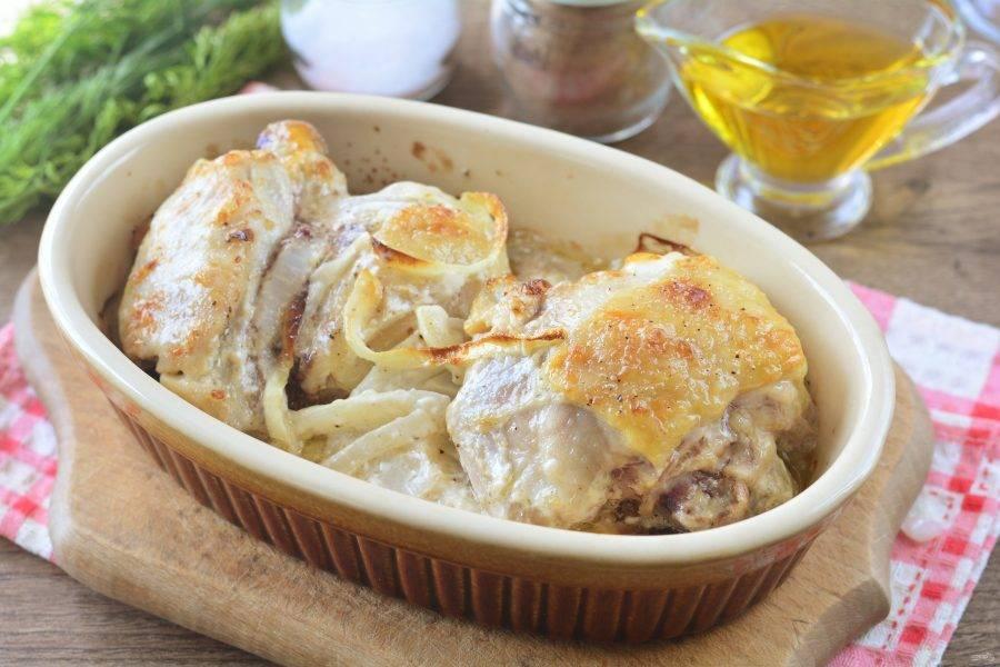 Запекайте куриные бедрышки в духовке при температуре 200 градусов 30-35 минут. Куриное мясо должно стать золотистым.