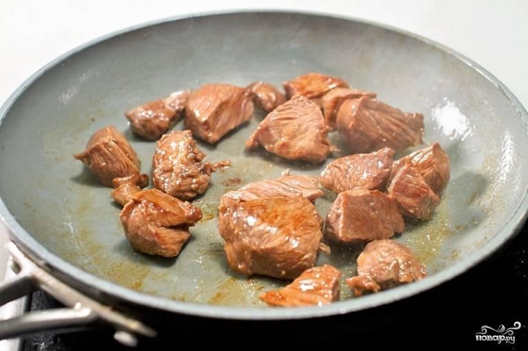 Мясо обжарьте на сковороде на среднем огне со всех сторон, посолите и поперчите по вкусу.