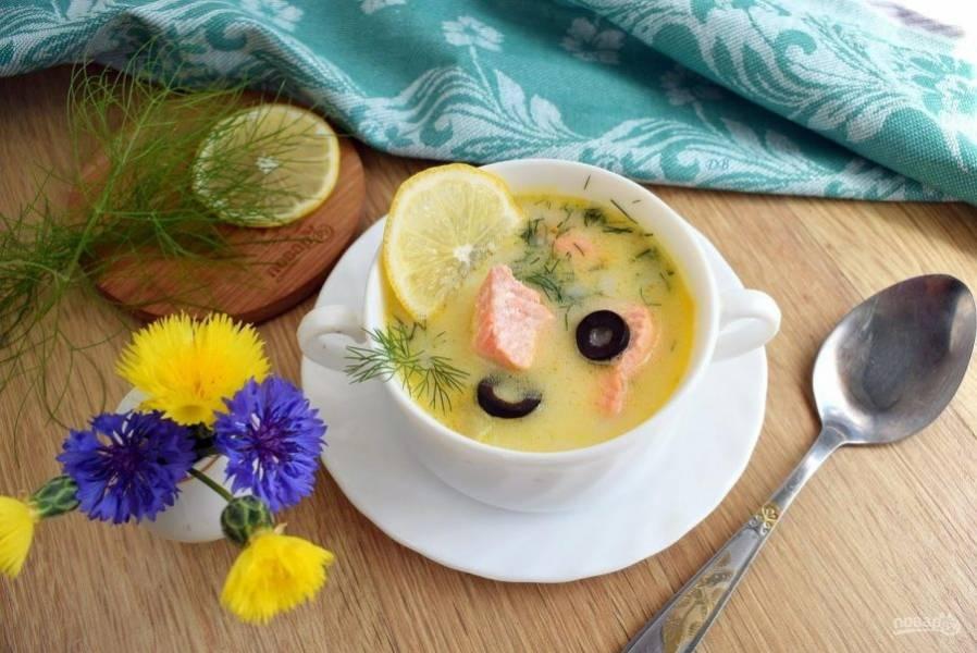 7.     Для подачи маслины и лимон нарежьте колечками. Добавьте мелкорубленый укроп. Приятного аппетита!