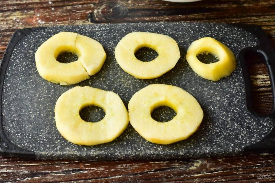 Яблоки вымойте, очистите и нарежьте кружочками. Серединку обязательно вырежьте.
