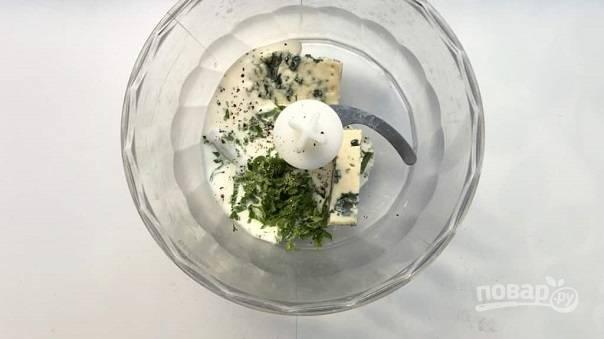 3. В чашу блендера выложите все ингредиенты для заправки — сыр, сливки, мак, перец, по желанию зелень.