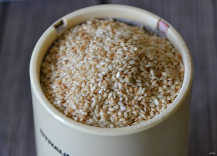 Измельчите кунжутное семя в кофемолке, пока оно не превратится в маслянистую плотную массу.