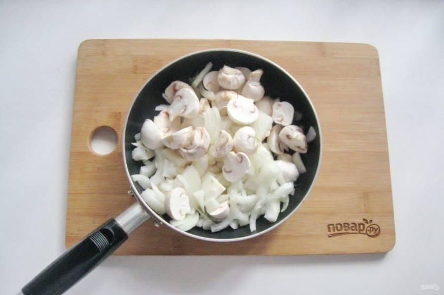Нарежьте шампиньоны и репчатый лук. Выложите в сковороду с маслом.