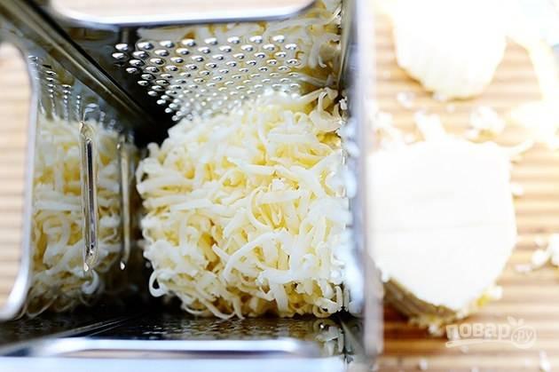 5. Параллельно натрите на терке сыр.