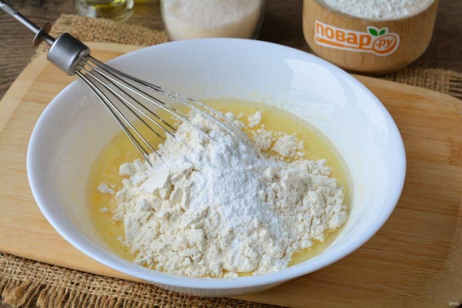 Всыпьте большую часть муки, разрыхлитель и ванилин. Размешайте тесто, чтобы не было комочков.