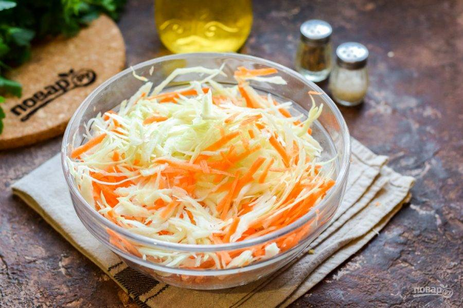 Тщательно перемешайте все между собой, разминая капусту и морковь руками.