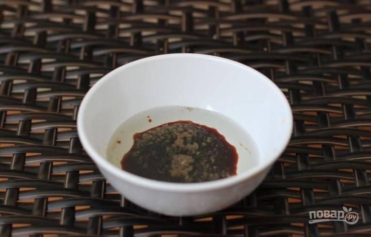 Теперь приготовьте заправку для вашего салата. Для этого в пиалку влейте соевый соус и растительное масло. Желательно, чтобы это было оливковое. Добавьте тертый чеснок и лимонный сок, тщательно все перемешайте.