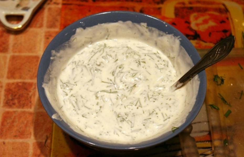 В отдельную миску выкладываем сметану, добавляем измельченный укроп, специи и соль, перемешиваем.