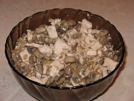 Соединяем обжаренные грибы (пару пластинок нужно отложить для украшения) с луком и мясом, солим начинку, приправляем перцем и мускатным орехом, перемешиваем все.