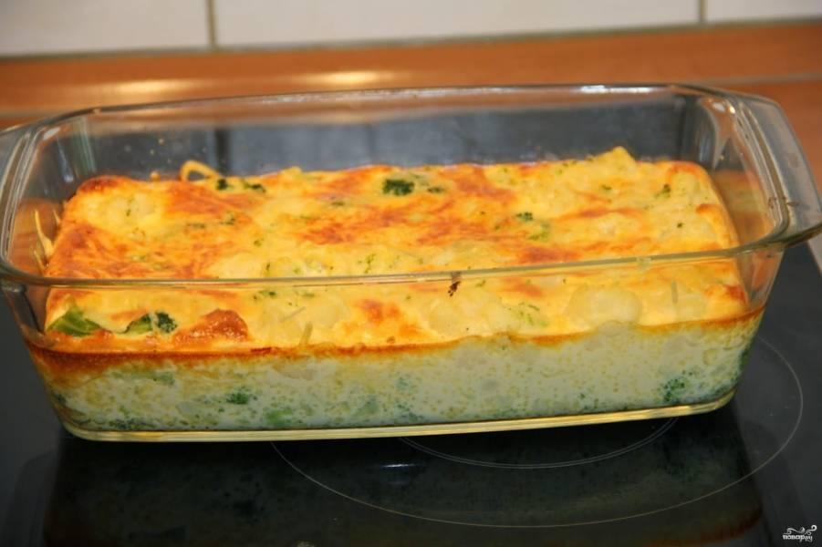 Главное — чтобы пропеклась яичная смесь, а сыр подрумянился, но не сгорел.  Готовой запеканке из брокколи для детей дайте остыть.