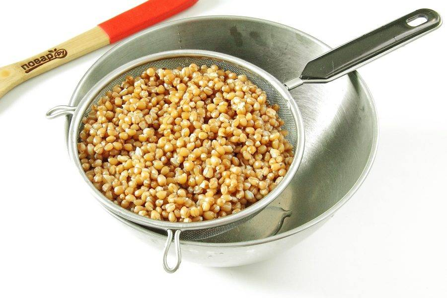 Готовую пшеницу откиньте на дуршлаг.