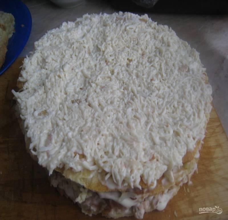 7. Следующий слой — отварные натертые яйца и следующий слой — плавленый сыр.