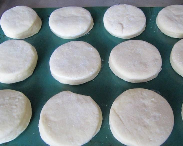 Разместите их на противне и выпеките в духовке в течение 25-30 минут при 180 градусах.
