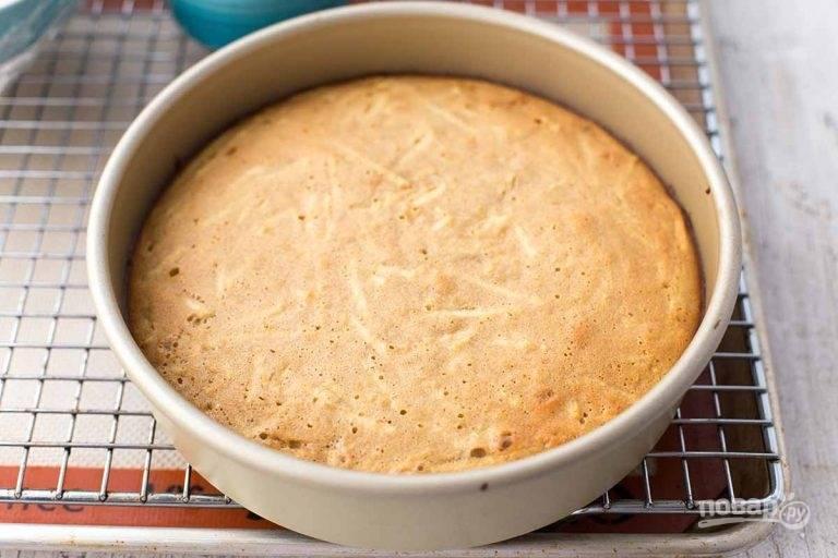 8.Отправьте пирог в разогретый до 180 градусов духовой шкаф на полчаса, затем достаньте из духовки и оставьте в форме для остывания.