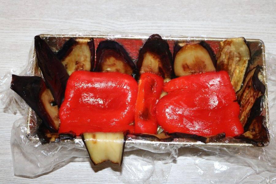 На баклажаны выложите слой сладкого перца.