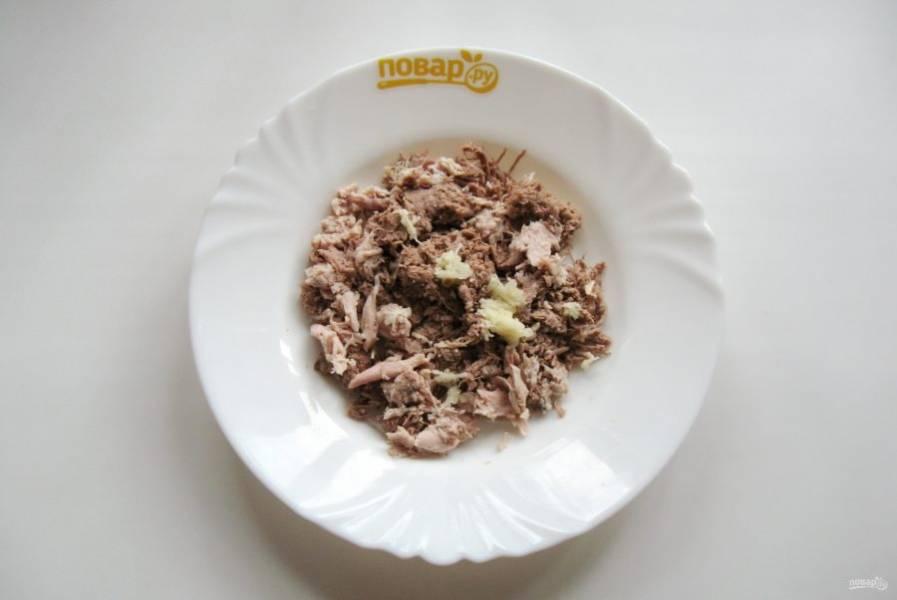 В каждую тарелку кладу измельченный чеснок.