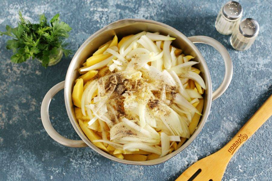 Добавьте нарезанный перьями лук, давленый чеснок, масло, соль и перец по вкусу.