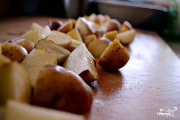 2. Картофель очистите и нарежьте (если используете молодой, можно просто тщательно вымыть).