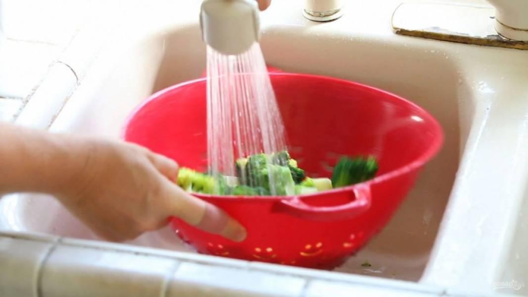 3. Затем обдайте овощи холодной проточной водой.