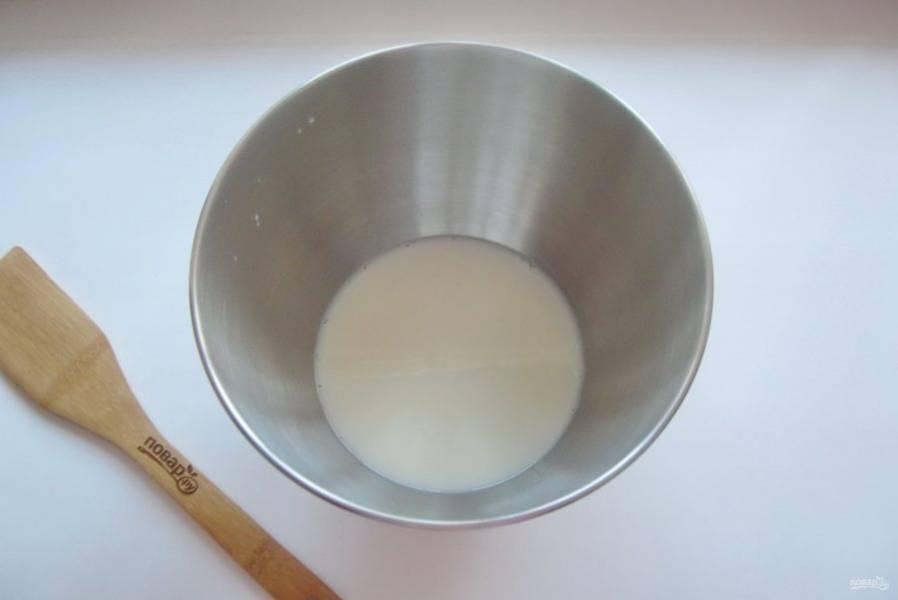 Влейте теплое молоко.