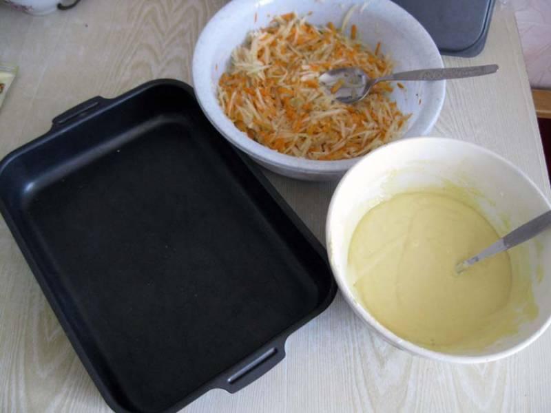 Яйца смешать с майонезом, сметаной, мукой и тертым чесноком, добавить соль. Патиссоны смешать с морковью. Форму смажьте маслом.