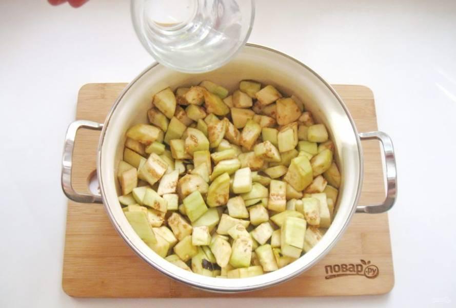 Налейте в кастрюлю с баклажанами 400-500 мл. воды и поставьте на плиту.
