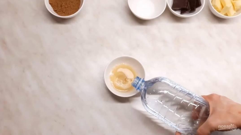 1. Для начала поставьте сливки закипать, а желатин замочите в 3 ст. ложках холодной воды.