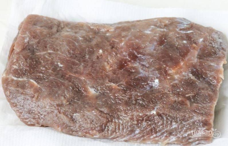 Через двое суток промойте говядину от соли. Отрежьте кусочек и попробуйте на вкус. Если мясо слишком соленое, то вымочите его в холодной воде в течение часа. Затем промокните мясо бумажными полотенцами.